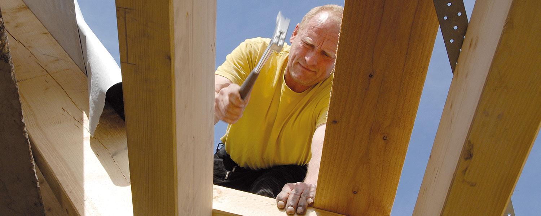 Zimmermann arbeitet am Dachstuhl